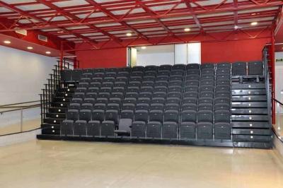 La sala disposa de grades retràctrils amb capacitat per a 168 persones assegudes