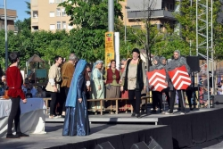 Un altre moment de l'acció a l'escenari de la plaça de Pau Picasso