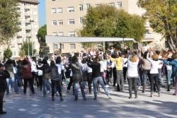 """La canço escollida per al flashmob ha estat """"Break the chain"""", de Tina Clark"""