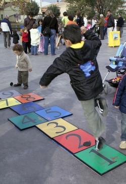 Jocs tradicionals a la plaça de Pau Picasso (2006)