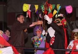 Dijous gras - Sa Majestat Carnestoltes rep la vara de manar de mans de l'alcalde