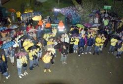 Festa sota la pluja durant el pregó