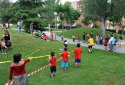 Jocs i guerra d'aigua a la plaça de Lluis Companys