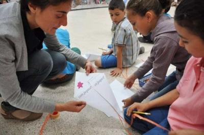 Alumnes de l'escola Marinada construeixen un estel per dir la seva opinió