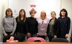 08/03/2016 - La regidora d'Igualtat amb les dones participants a la tertúlia sobre lideratges femenins