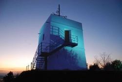 La torre del Telègraf al capvespre i il·luminada de color blau (Imatge d`arxiu. Any 2015)