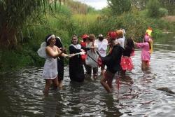 """El jovent disfressat ha hagut de ballar """"La Macarena"""" dins del riu Mogent. Font: Facebook Encapu Txat."""