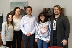 Els quatre joves contractats amb l'alcalde, José A. Montero