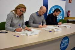 Yolanda Lorenzo, Sergi Mingote i José A. Montero, en el moment de la signatura