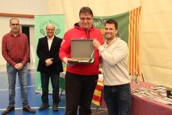 El president de la Federació Catalana de Tennis, Jordi Tamayo, lliura una placa de reconeixement al Club Tennis Montornès