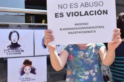 """Concentració de rebuig per la sentència de """"La manada"""" davant de l'Ajuntament de Montornès"""