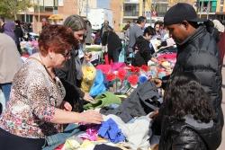 Mercat de segona mà a la plaça del Poble