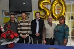 L'alcalde, José A. Montero, amb el propietari de Can Campa, Josep Maymó, i personal de l'establiment