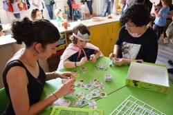 Monitora, mare i infant a la presentació del Centre Infantil Pintor Mir