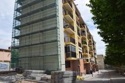 Edifici en procés de rehabilitació a la plaça del Primer de Maig