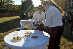 L'alumnat d'auxiliar d'hoteleria va fer i servir l'aperitiu durant la cloenda del PTT