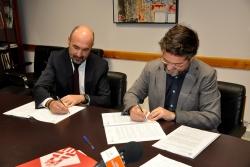 L'alcalde, José A. Montero i Juan Nuñez, director d'operacions de Metrovacesa, en el moment de la signatura del conveni
