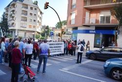 Tall del trànsit a l'avinguda de l'Onze de setembre, contra el tancament de l'oficina de BBVA a Montornès Nord