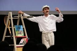 """Òscar Intente en un moment de la representació (Foto: dossier """"Pompeu Fabra, jugada mestra"""" Cia. Inútils Mots -teatre de la paraula-)"""