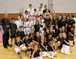 Foto de família del Club Karate Montornès al Torneig Tarraco (Foto: Club Karate Montornès)