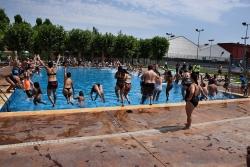 Salt col·lectiu a les piscines d'estiu de Montornès de la  campanya Mulla't 2019