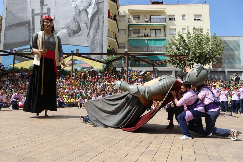 Dansa de la Batalla entre els gegants Bartomeu i Pere Anton a la plaça de Joan Miró (2018). Autor: Juanjo Bermejo.