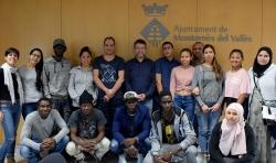 Les persones nouvingudes que han seguit la formació amb l'alcalde, José A Montero (al centre) i la tècnica de Polítiques Migratòries