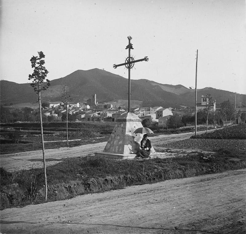 Nucli antic de Montornès des de la creu de terme, cap a 1918. Autor: Josep Salvany Blanch. Biblioteca de Catalunya.