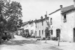 El carrer d'en Capella a la dècada de 1950. Autor: Albert Bellós Agulló. IEFC