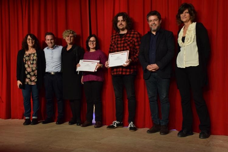 Foto de família amb els dos guanyadors del VIII Premi Font de Santa Caterina de Microcontes, Eduvigis Beltran i Elies Campmany (al centre)