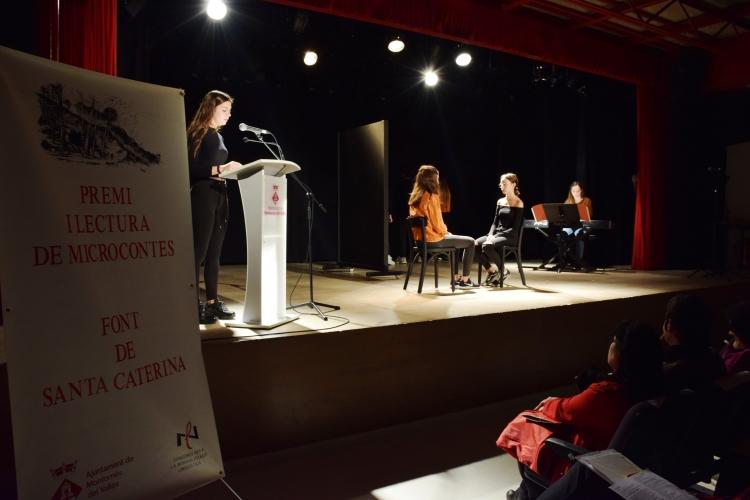 Representació d'un dels microcontes guanyadors de la darrera edició del Premi Font de Santa Caterina de Microcontes a càrrec d'alumnes de Aula Municipal de Teatre