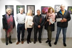 D'esquerra a dreta: la regidora de Cultura, Mercè Jiménez; Mariano Pérez; Chari Pérez; el president de l'Associació Fotogràfica Montornès, José María Ramírez; una representant de Raquel Sánchez; i José Antonio Pérez.
