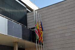 Les banderes, a mig pal en senyal de dol