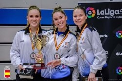 Laia Ferrer, María López i Teresa López amb la copa (Font: Club Karate Montornès)