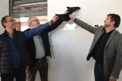 El director de l'Escola Palau d'Ametlla, Adrià Martínez; el Conseller d'Eduació. Josep Bargalló, i l'alcalde, José Montero, descobrint la placa
