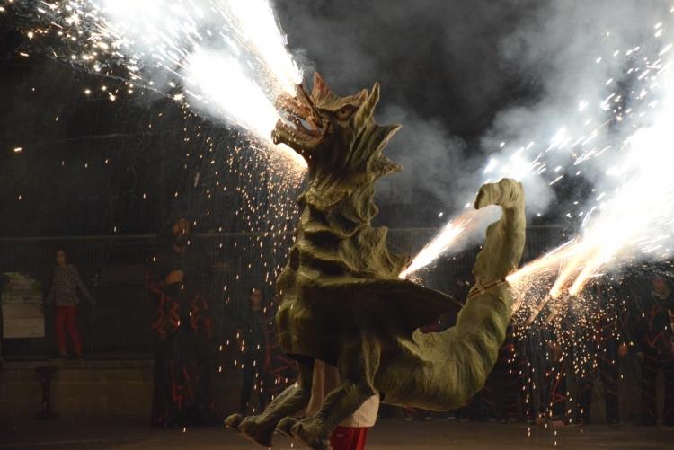 El drac Ceballot fent una demostració de foc