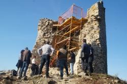 Instal·lació de la bastida per actuar al coronament i al parament interior de la torre.