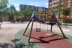 Zona de jocs infantils a la plaça del Poble