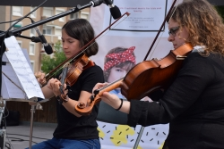 Actuació d'alumnes de l'Escola Municipal de Música durant la II Mostra d'entitats (juny 2019)