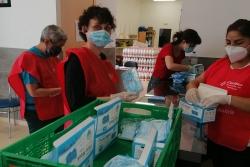 Repartiment de les mascaretes donades per Lucta a càrrec de voluntaris de Càritas