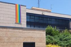 La bandera irisada llueix a la façana de l'Ajuntament