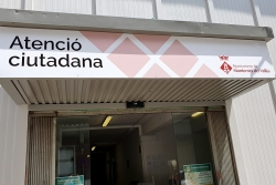 Porta principal de l'equipament d'Atenció Ciutadana del carrer de Sant Isidre