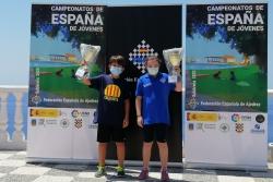 Alex Villa amb el seu trofeu, acompanyat de la millor classificada sub-10  (Foto: Club d'Escacs Montornès)