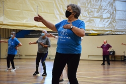 Un moment del taller de gimnàstica per a la gent gran