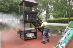 Tasques de neteja i desinfecció als parcs infantils