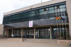 Pancarta del Dia Mundial contra el Càncer de Mama a la façana de l'Ajuntament