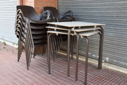 Cadires i taules d'un establiment de restauració tancat