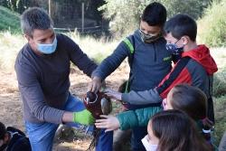 El director de Gestió-Nat, mostrant un faisà mascle als infants
