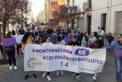 Manifestació pels carrers de Montornès durant el 8M