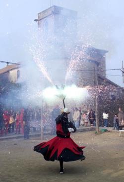 Actuació del Ball de Diables i Drac de Montornès durant la Festa de Sant Sadurní